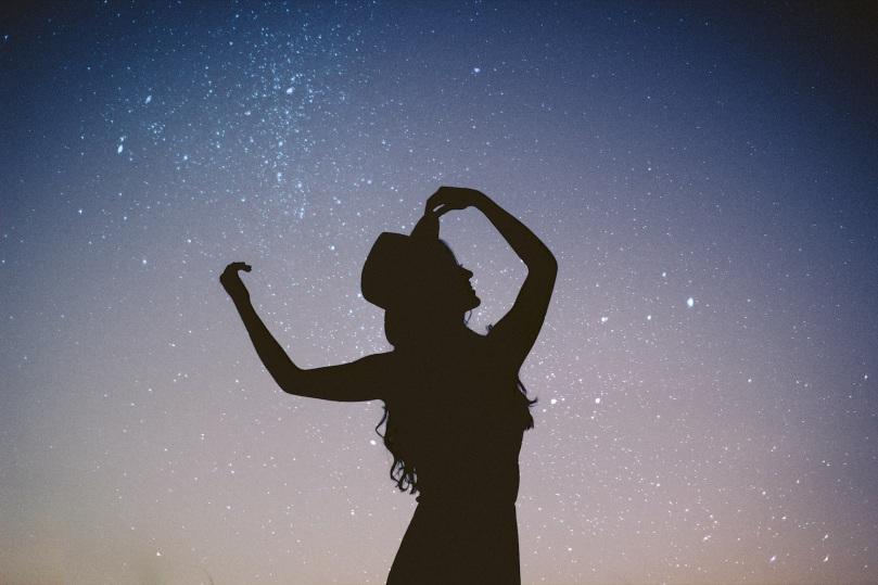 débuter commencer la danse à danser pourquoi bonnes raisons soin bienfaits thérapeutiques thérapie se relier aux autres à la terre